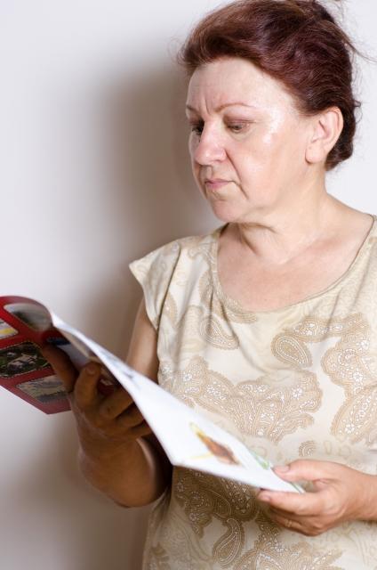 カタログを読む女性の写真